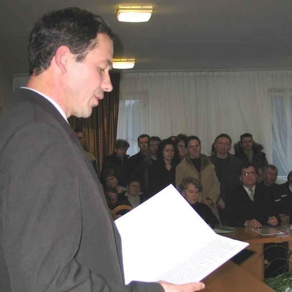 Radni musieli odebrać ślubowanie od Bogusława Jaworskiego, bo przypatrywali się temu tłumnie mieszkańcy Zagórza.