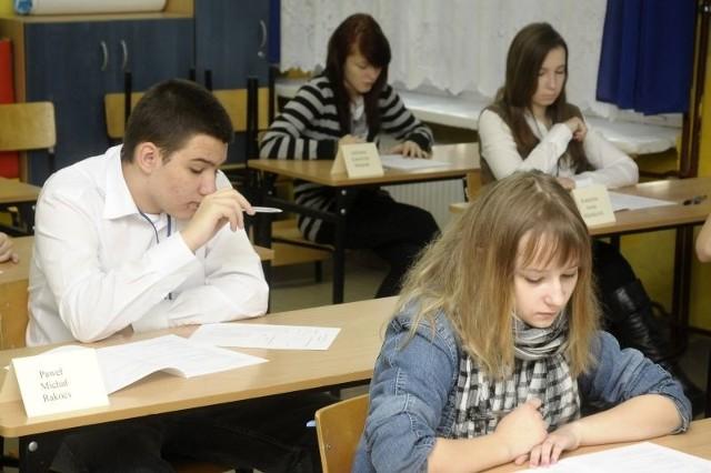 Uczniowie rozwiązuje dziś test z części humanistycznej egzaminu gimnazjalnego.