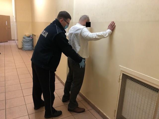 Mieszkaniec powiatu bydgoskiego jeszcze tego samego dnia został ukarany mandatem za kradzież perfum i doprowadzony do prokuratury, gdzie usłyszał zarzut zmuszania ochroniarza groźbą do odstąpienia od czynności, jakie podjął w stosunku do sprawcy kradzieży