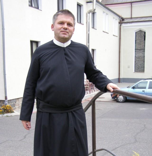 Edward Obal. Ma 47 lat, pochodzi z Tuchowa, tam też w 1992 r. w seminarium duchownym odebrał święcenia kapłańskie.