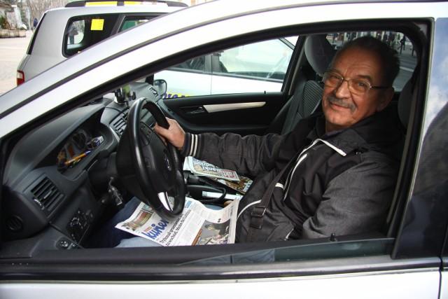 Taksówkarz Aleksander Gołębiowski tankuje gaz. Przyznaje, że LPG ze wszystkich paliw potaniał najmniej. Średnio o ok. 27 gr za 1 l