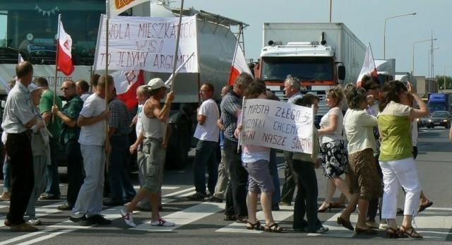 """Transparenty i flagi państwowe w garść i jazda w tą i z powrotem po przejściu dla pieszych na niesamowicie zatłoczonej latem DK 11. - To nasza """"propozycja"""" dla koalicji rządzącej. Będzie jeszcze ostrzej – ostrzegali manifestanci."""