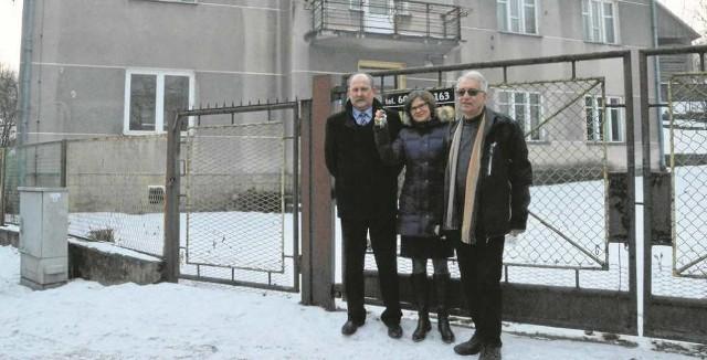 Wiktoria Charczenko ze Stanisławem Sobutką z fundacji (z lewej) i Jerzym Kozkiem przed kupionym budynkiem