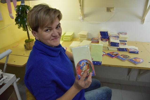 Beata Przeklasa z zakładu w Błoniu podkreśla, że wyrabiane pod Tarnowem opłatki są wyjątkowe.