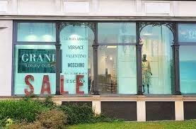 W piątek i sobotę trwają w Pasażu Zielonym w Kielcach przy ulicy  Sienkiewicza 78 oraz w sklepach na Sienkiewce wyprzedaże w ramach Black Week. Sklepy proponują zniżki, rabaty i upusty.  ZOBACZ NA KOLEJNYCH SLAJDACH>>>Black Friday to jeden z wyjątkowych dni na zakupy. Wtedy najwięcej sklepów, także ze Świętokrzyskiego organizuje najciekawsze promocje i największe wyprzedaże. Black Friday, czyli po polsku Czarny Piątek, to najbliższy piątek, 29 listopada.Choć nazwa symbolizuje jeden to wiele sklepów przedłuża ofertę na sobotę, a w przypadku Pasażu Zielonego na cały tydzień. Promocje tu trwają od soboty, 23 listopada do soboty, 30 listopada.   W ofercie pasażu mamy 20 procent taniej na cały asortyment marek Barbara Lebek, Apanage, Gerry Weber i Jocavi w salonie Salon Olsen Kielce, zaś 40 procent zniżki - na wszystkie damskie spodnie w outlecie Grand Luxury Outlet w Kielcach.- Pasaż Zielony działa w piątek od 10 do 20, zaś w sobotę od 10 do 20 w sklepie Olsen, a w Grand Luxury Outlet od 11 do 14 - mówi Jarosław Panek, współwłaściciel Grand Luxury Outlet.Wkrótce zdjęcia z Black Friday w Pasażu Zielonym.  SPRAWDŹ TAKŻE: Black Friday 2019 w Świętokrzyskiem. Sprawdź promocje i wyprzedaże w regionie. Co przygotowały sklepy na piątek 29 listopad? [LISTA]