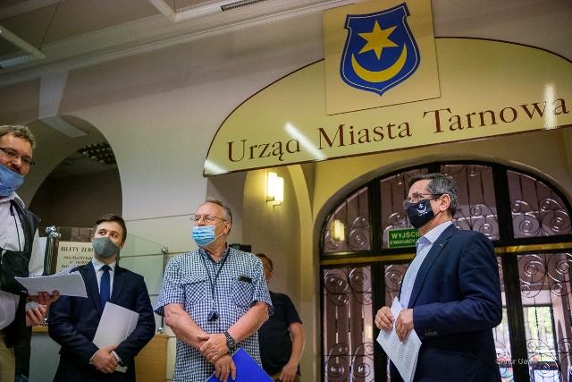 Pod petycją, którą przedstawiciele środowisk prawicowych wręczyli prezydentowi Tarnowa, podpisało się około trzysta osób. Nie zgadzają się one na indoktrynację dzieci i młodzieży ideologią LGBT w szkołach, placówkach oświatowych i kulturalnych na terenie miasta