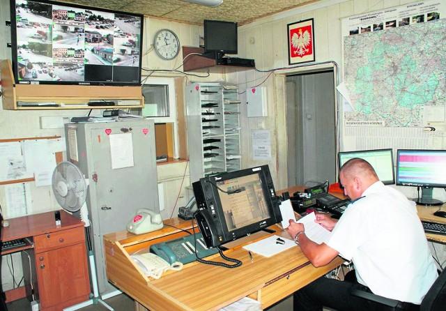 Oficer dyżurny, wykonując służbowe czynności, nie zawsze ma czas obserwować obraz z 22 obrotowych kamer
