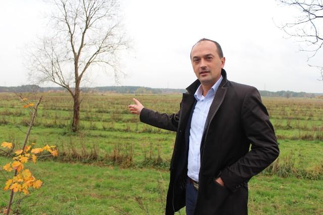Radosław Warzecha pokazuje miejsce, gdzie obwodnica Babic połączy się z drogą wojewódzką 781