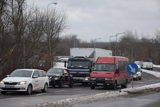Codzienny widok na wiadukcie nad torami w Skarżysku. Z lewego pasa korzysta niewielu kierowców i mało kto im ustępuje