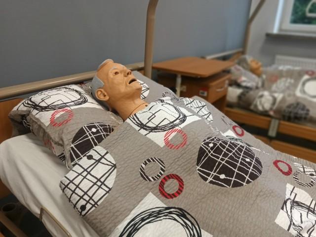 """Tak wygląda pracownia opiekuna medycznego, w której prowadzone są zajęcia praktyczne w """"Medyku"""" w Radomiu."""