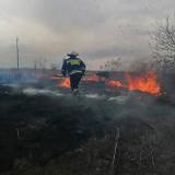 Znów zaczyna się plaga pożarów traw. W gminie Słomniki walczyło z nimi kilka jednostek OSP [ZDJĘCIA]
