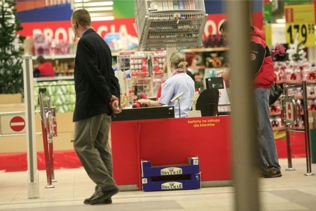 Sprawdziliśmy, jak będą otwarte sklepy w Wielkanoc 2017 - Biedronka, Auchan, Lidl, Polomarket, Tesco, Żabka, Kaufland, Freshmarket, Netto, Carrefour oraz małe sklepy. Pierwszy i drugi dzień Świąt Wielkanocnych (16 i 17 kwietnia 2017) to dni ustawowo wolne od pracy. Czyli, za ladą mogą stanąć tylko właściciele. W Wielką Sobotę handlować wolno.