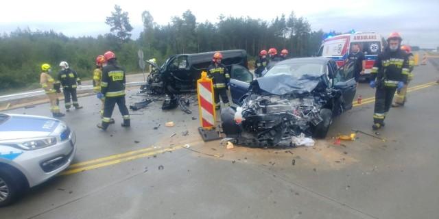 Do groźnie wyglądającego wypadku doszło w sobotnie przedpołudnie (29 sierpnia) na DK 1 w okolicach Radomska. Zderzyły się bus i samochód osobowy.DALEJ NA KOLEJNYM ZDJĘCIU