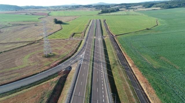 Jest zielone światło dla budowy ostatniego odcinka drogi ekspresowej S3 od Kamiennej Góry do Lubawki na granicy z Czechami. Jarosław Obremski Wojewoda Dolnośląski podpisał decyzję o zezwoleniu na realizację inwestycji. - Decyzja umożliwia przejęcie terenu pod budowaną drogę i rozpoczęcie procedury odszkodowawczej, a wykonawcy rozpoczęcie prac – wyjaśnia Generalna Dyrekcja Dróg Krajowych i Autostrad we Wrocławiu. W ubiegłym tygodniu ruszyła budowa odcinka S3 od węzła Bolków do Kamiennej Góry wraz z budową najdłuższego tunelu drogowego w Polsce.Co dokładnie powstanie między Kamienną Górą i Lubawką, ile będzie kosztować i kiedy pojedziemy ostatnim odcinkiem S3 do Czech, o tym piszemy na kolejnych stronach.