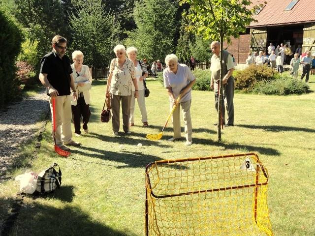 Seniorzy chętnie rozruszali kości przy hokeju na trawie.