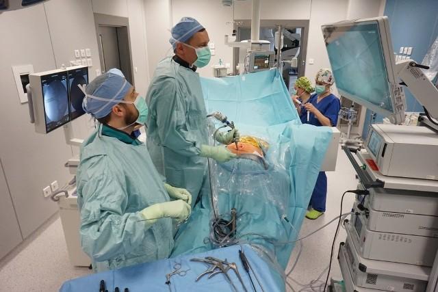 Szpital św. Wojciecha w Poznaniu to jedyna placówka w Wielkopolsce, która przeprowadza endoskopowe operacje kręgosłupa
