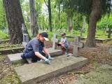 Białystok. Wspólne sprzątanie zapomnianego cmentarza żołnierzy (Zdjęcia)