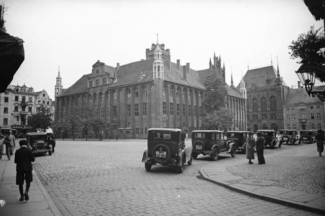 Taksówki na głównym toruńskim postoju na Rynku Staromiejskim. Wśród nich może również stać autodorożka numer 33