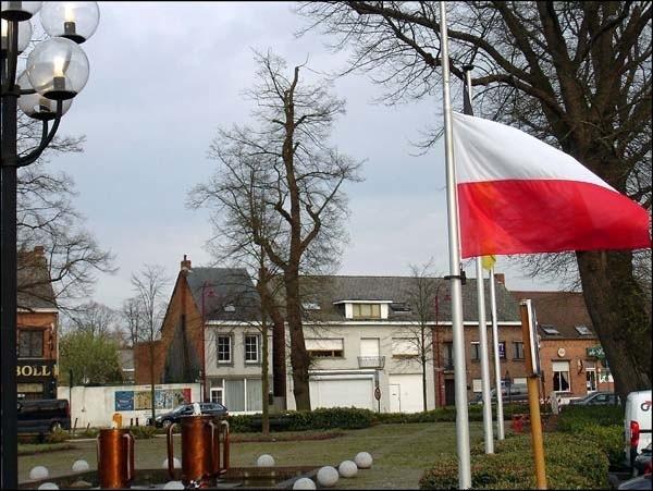Polska flaga w gminie Olen w Belgii została opuszczona do połowy masztu.