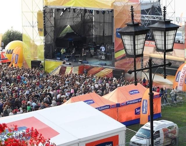 Tłum zgromadził się przed sceną na długo przed występem Blue Cafe i Patrycji Markowskiej