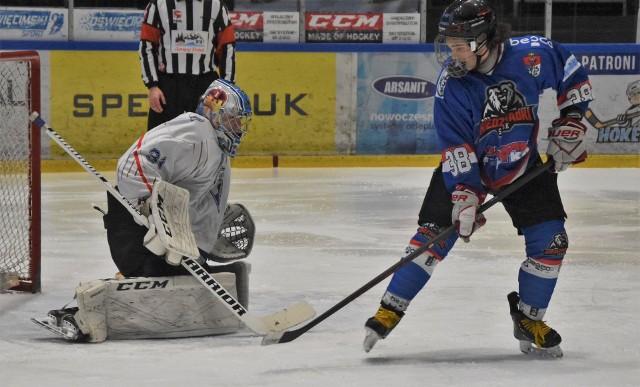 Hokej, OOM.: Niedźwiadki Sanok (niebieskie stroje) okazały się skuteczniejsze, pokonując UKH Unia Oświęcim 3-2 zameldowały się w finale mistrzostw Polski.