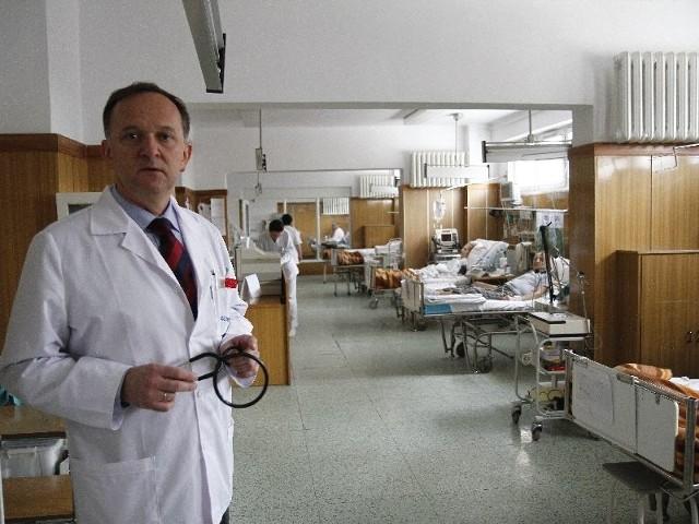 Ten oddział wygląda jak sprzed 30 lat – pokazuje pododdział reanimacyjny dr Jerzy Bychowski, ordynator kardiologii w szpitalu wojewódzkim w Białymstoku. – W przyszłości między łóżkami ustawione byłyby ścianki oddzielające czy przesuwne, tak żeby było bardziej kameralnie.