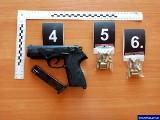 Skuteczne zatrzymania giżyckiej policji. Dwóch mężczyzn przechowywała amfetaminę i broń w kuchni, a druga grupa miała narkotyki w skarpetach