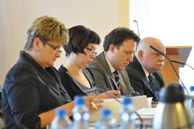 Władze Niemodlina będą musiały zmierzyć się z mniejszymi od przewidywanych dochodów z podatku gruntowego (burmistrza Stankiewicza - pierwszy z prawej- nie było na dzisiejszej sesji z powodu choroby).