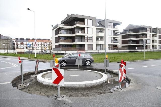 Rondo na skrzyżowaniu alei Solidarności i ulicy Koszalińskiej kosztowało około 50 tysięcy złotych, ale choć kierowcy już je objeżdżają, to do zakończenia budowy jeszcze trochę brakuje. Na razie prace utrudnia deszcz.