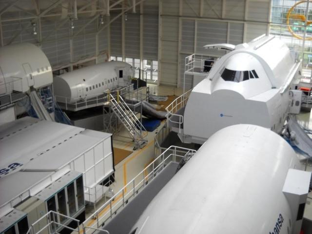 W takich modelach samolotów w hangarze ćwiczy się między innymi ewakuację pasażerów. Fot. Jarosław Panek