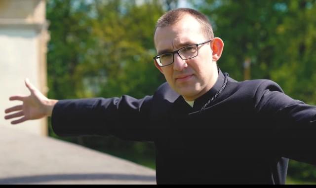 Słowa napisał ojciec Dawid Grabowski, który jest socjuszem, czyli prawą ręką mistrza nowicjatu na Świętym Krzyżu. On też jest wykonawcą piosenki.