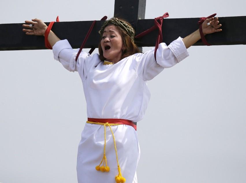 Filipiny: Krwawy Wielki Piątek w San Fernando [ZDJĘCIA] Ruben Enaje dał się ukrzyżować po raz 32, Mary Jane Sazon - 7 raz w tym roku [WIDEO]