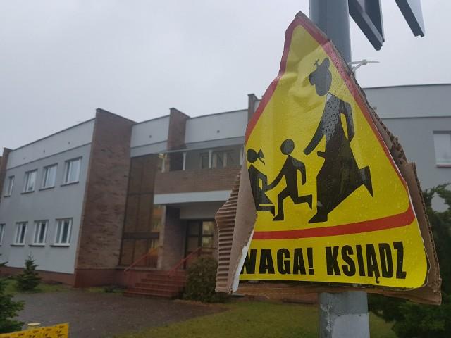 O znakach napotkanych przy toruńskiej parafii na Koniuchach poinformował Toruński Strajk Kobiet
