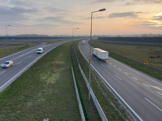 Coraz bardziej przeciążona ruchem autostrada A2 między Łodzią a Warszawą będzie rozbudowana o dodatkowy, trzeci pas. Już jesienią możliwe jest ogłoszenie przetargu na tę inwestycję, a kiedy pojedziemy rozbudowanym odcinkiem? CZYTAJ DALEJ NA NASTĘPNYM SLAJDZIE>>>