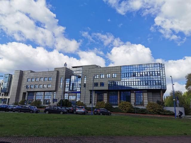 Bank PKO przy Damrota w Katowicach powstał w latach 90. Takich przeszkleń wcześniej nie było
