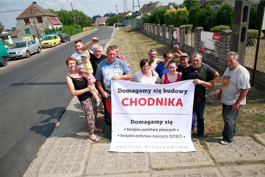 Mieszkańcy Żerkowic od dawna domagali się budowy chodnika i remontu drogi.