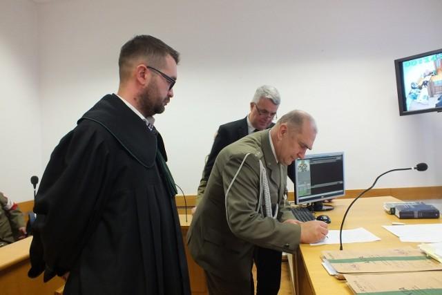 """Sprawa błędu w przewodniku """"Śladami Żydów. Lubelszczyzna"""" zakończyła się w czwartek w Sądzie Okręgowym w Zamościu. Strony podpisały ugodę"""