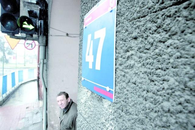 Administracja posłuchała mieszkańców i montuje nowe tabliczki w Słupsku.