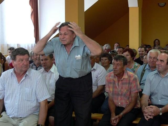 – Utrzymuje pan drużynę koszykówki za ciężkie miliony a w Sobowie kupczy się pan o jedno dziecko, żeby pierwszą klasę otworzyć – krzyczał jeden z mieszkańców Sobowa.