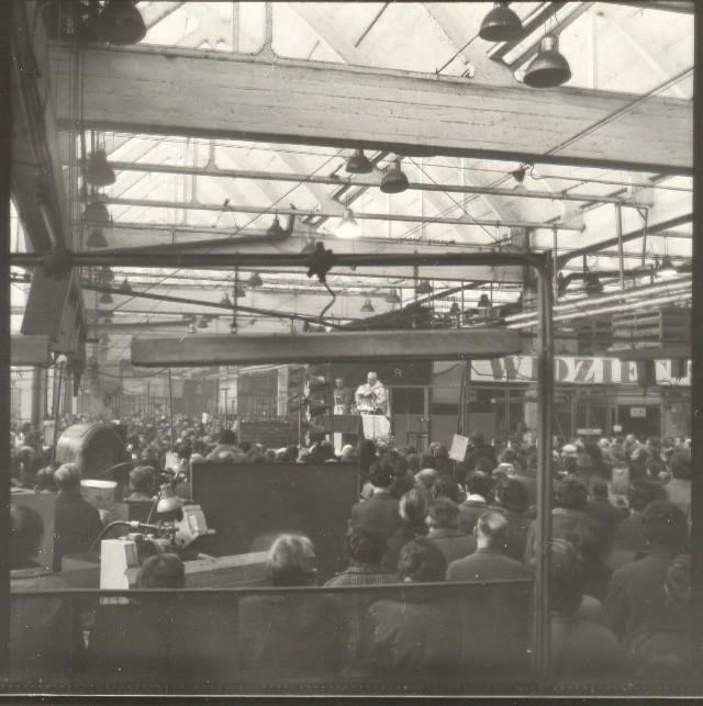 Msza w hali WSK, w głębi ks. Jan Hryniewicz. Grudzień 1981 r.