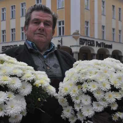 - Chryzantemy można kupić za 5-30 zł - mówi Stanisław Kwiatkowski, dla emerytów to spory wydatek, ale jak nie uczcić swych bliskich w tak ważnym dniu?