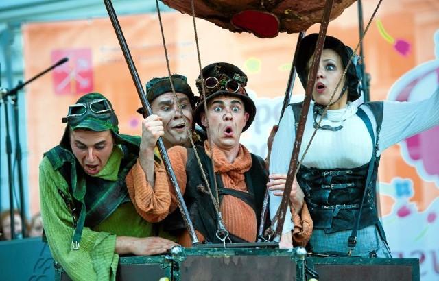 """""""FETA podróżuje i będzie podróżować"""" (na zdjęciu rosyjski teatr Plasticine Rain, spektakl """"Fool show 2"""")"""