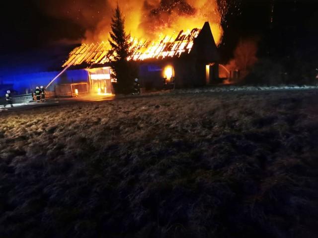 Pożarem objęta była połowa budynku, część w której przetwarzano folie. W środku znajdowało się kilka maszyn.Zobacz kolejne zdjęcia. Przesuwaj zdjęcia w prawo - naciśnij strzałkę lub przycisk NASTĘPNE