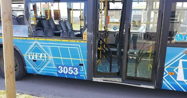 Kierowca miejskiego autobusu na rondzie na ulicy Poznańskiej w Słupsku doprowadził do zderzenia