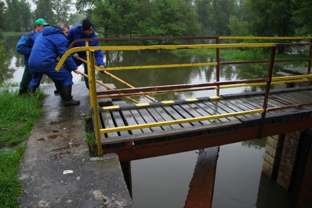 Służby Lubuskiego Zarządu Melioracji i Urządzeń Wodnych regularnie kontrolują stan urządzeń przeciwpowodziowych. Tu sprawdzają śluzę na Śląskiej Ochli koło Bobrownik.