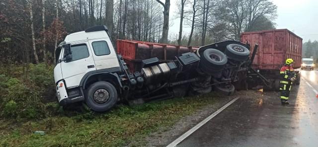 Straż. Wypadek na DK19. Ciężarówka zablokowała częściowo drogę na sześć godzin