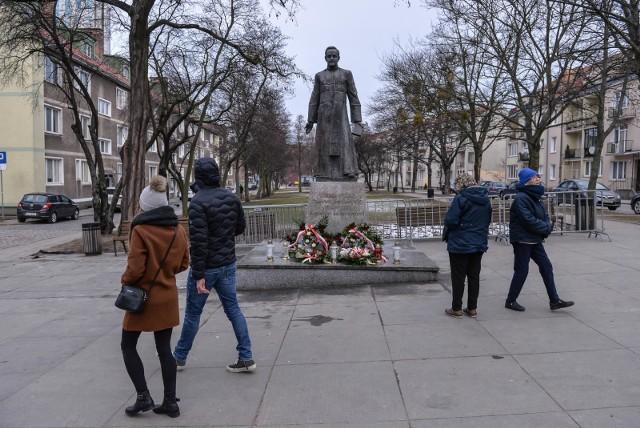 Pomnik prałata Henryka Jankowskiego ponownie stanął na skwerze 23.02.2019 r., dwa dni po zdemontowaniu