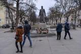 """Kontrowersje wokół pomnika ks. Henryka Jankowskiego. Pomnik ma zostać rozebrany w piątek rano. Związkowiec z """"S"""": Jestem bardzo rozczarowany"""
