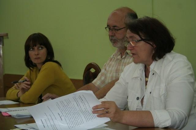Temat radnym przybliżali urzędnicy: Danuta Brzezińska i Zygmunt Szuster i Katarzyna Grzeszczak