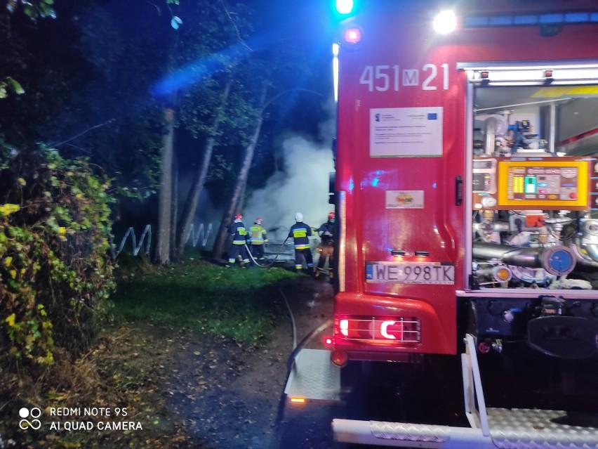 Zgłoszenie o drugim pożarze napłynęło z Zalesia pod Grójcem. Samochód bez tablic rejestracyjnych został tam najprawdopodobniej podpalony.